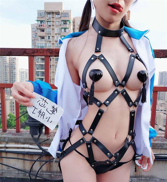 网红妹子@可爱的小胖丁 天台上被囚禁的MM 欧尼酱快来救我 [8P/1V/141MB]