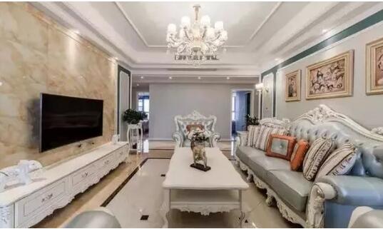 客厅买的是欧式沙发,电视背景墙纹理清晰,比较符合现代简欧装修