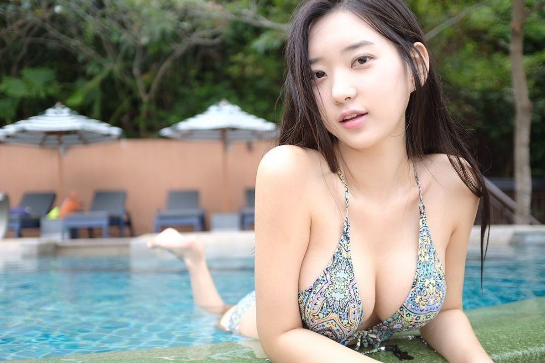 韩国正妹Zenn爆乳比基尼,甜美稚嫩脸蛋让人着迷